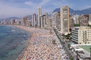 """Los extranjeros se han atrincherado y bajan a la playa bajo el grito de """"No nos moverán"""""""